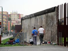 Trabalhadores reparam partes do Muro de Berlim na Bernauer Strasse, em agosto de 2011, cinquenta anos após a queda  Foto: AFP