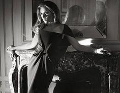 H Αμερικανίδα διάσημη ηθοποιός Scarlett Johansson φωτογραφήθηκε γιατο cover story Vanity Fair France, από τον Mark Seliger φορώνταςδημιουργίες των οίκων Giorgio Armani, Michael Kors, Tom Ford, Diorκαι Balenciaga.