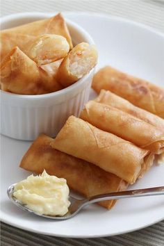 Simple Spring Rolls Ingredients: Ready-made spring rolls skin. vegetable oil to fry the spring rolls. Fillings: 300 gr peeled shrimps – I usually use cooked tiger shrimps 2 table spoon cornstarch 1 table spoon sesame oil 1 tea spoon salt pinch of pepper Greek Appetizers, Appetizer Recipes, Snack Recipes, Cooking Recipes, Shrimp Spring Rolls, Greek Cooking, Greek Recipes, Street Food, Seafood Recipes