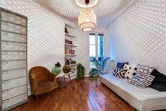 Dans cette chambre d'amis, la suspension Ikea projettent ses ombres sur les murs blanc immaculé