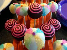 Découvrez toutes les recettes de pop cakes du Chef et partagées dans le Club : Red velvet cake pops, Cake Pops de Pâques, Cakes pops en habits de Noël...