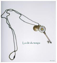 Collier long grande clé et petite horloge ' La clé du temps' : Collier par alice-ayres