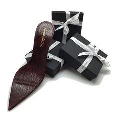 Regala una #giftcard, regala un diseño de zapatos a medida Custom & Chic . A la venta en exclusiva este fin de semana en el pop up #curatingxmasgifts C/Jorge Juan, 12