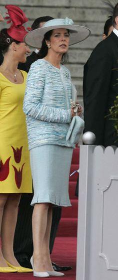 La princesa Carolina de Mónaco eligió un espectacular traje de la colección de Alta Costura de Chanel, compuesto por una chaqueta azul cielo, profusamente bordada y desflecada, y falda en tul a tono con discretas aberturas en el bajo a modo de almenas. Como complementos, un broche en la solapa y una sencilla pamela blanca con cinta azul