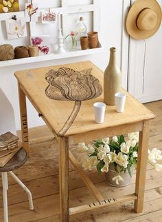 Une table peinte d'une tulipe