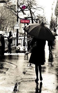 photo noir et blanc : pluie à Paris, métro, transports