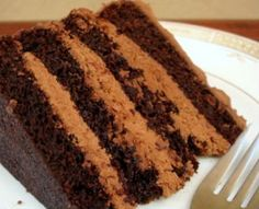 Melhor Bolo de chocolate que já fiz! A massa não cresce muito, é um pão de ló. Perfeito para rechear e empilhar.