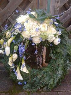 Weiß - Blau -Kopfgarnierung Grave Decorations, Funeral Flowers, In Loving Memory, Ikebana, Art World, Flower Art, Floral Arrangements, Floral Wreath, Bouquet