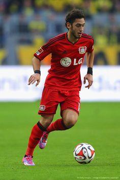 Hakan Calhanoglu en favor del Bayer Leverkusen: Bundesliga. My favourite player in my phone football game. lmao
