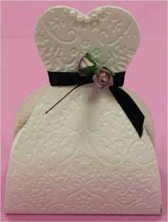 Bonbonnière ou marque place en forme de robe de mariée ou de tuxedo.