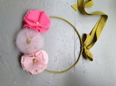 couronne en tissu création France Duval Stalla Little Girl Fashion, Kids Fashion, Costumes Couture, Fabric Flowers, Diy Clothes, Diy For Kids, Hair Pins, Headbands, Kids Outfits