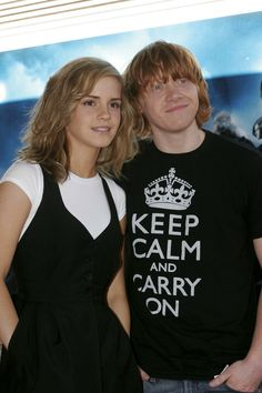 to ] Great to own a Ray-Ban sunglasses as summer gift.Rupert Grint and Emma Watson Harry Potter Movie Characters, Harry Potter Actors, Harry Potter Books, Harry Potter Love, Ron And Hermione, Ron Weasley, Hermione Granger, Welcome To Hogwarts, Films
