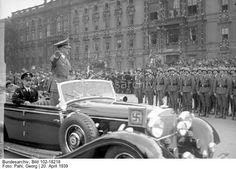 Hitlers-Geburtstag Berlin.- Parade der Wehrmacht anlässlich des 50. Geburtstages Adolf Hitlers auf der Ost-West-Achse, Adolf Hitler in offenem Auto (Mercedes-Benz 770K) die Front der in Paradeuniform angetretenen Formationen abfahrend