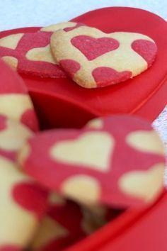 Sablés en forme coeur, à l'amande, pour la Saint Valentin Valentine Desserts, Valentines Day Food, Christmas Desserts, Waffle Cookies, Cookies Et Biscuits, Desserts With Biscuits, Saint Valentine, Cute Food, Sweet Treats