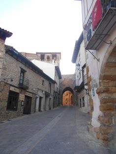 Arco de Arrebatacapas desde la Plaza del Ayuntamiento.