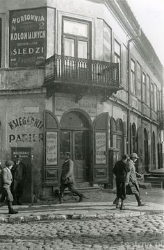 Stefan Kiełsznia – photographer of Lublin street life in 1936 - dokumentalista Lublina Jewish History, Old Photography, My Kind Of Town, Store Fronts, Warsaw, Old Pictures, Old Things, Louvre, Street View