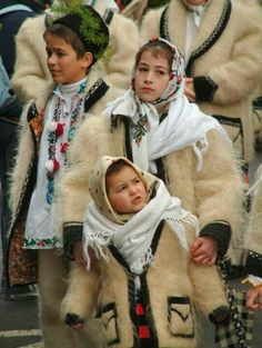 Kids in traditional Romanian Folk peasant costumes Beautiful Children, Beautiful People, Romania People, Romania Travel, Ethno Style, Costumes Around The World, Art Populaire, Ethnic Outfits, Folk Costume