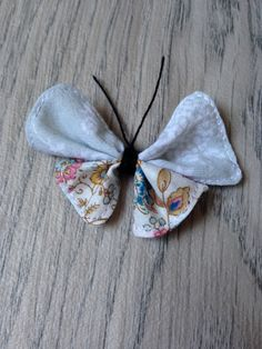 Jolis papillons avec des restes de tissu - CosIadoru How To Make Bows, Make And Sell, Baby Corner, Creation Couture, Couture Sewing, Couture Details, Diy Arts And Crafts, Soft Sculpture, Fabric Scraps