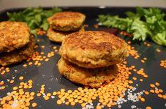 Diese Linsen Bratlinge sind eine wunderbare fleischlose Fleischlaibchen Alternative ! Mit Joghurt zum Dippen, Curry und Salat ein herrliches Essen!