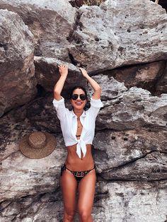 Camila Coelho. Amarre a camisa como saída de praia.