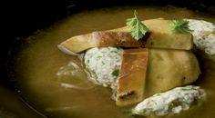 Sopa de miso, foie-gras y pintada con fideos de soja, chiles y cilantro