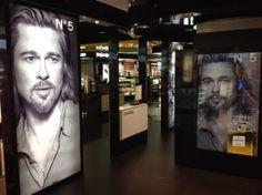 Gran promoción lanzamiento Chanel Nº5 Imagen Brad Pitt. Aeropuerto de Madrid Navidad 2012.