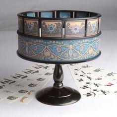 ZOETROPE - Criado por William George Horner, em 1834. É um aparelho composto por um tambor de forma circular com pequenas janelas recortadas a toda a volta, é através dessas janelas que o espectador vai olhar para as imagens no seu interior. Foi um jogo muito popular na época, pois proporcionava a ilusão de movimento aparente ao girar o tambor.