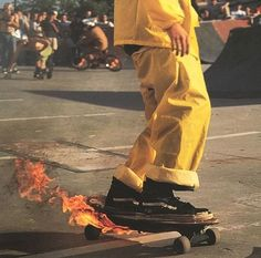 i wanna learn how to skateboard so bad but i'm a pussy i'm too scared to get hurt:/ Aesthetic Grunge, Aesthetic Vintage, Aesthetic Photo, Aesthetic Pictures, Aesthetic Yellow, Brown Aesthetic, Aesthetic Colors, Grunge Look, Grunge Girl