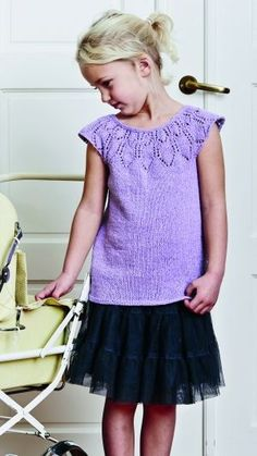 Gratis strikkeopskrift | Sød pigetop med hulmønster Baby Patterns, Knitting Patterns Free, Knit Patterns, Free Knitting, Baby Knitting, Free Pattern, Baby Vest, Baby Cardigan, Knitting For Kids