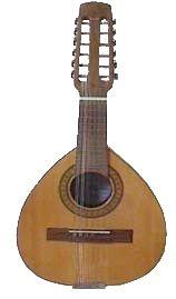 BANDURRIA La bandurria es un instrumento de cuerda pulsada y pertenece a la familia del laúd español, no del laúd del Norte de Europa. La familia de este instrumento español es la familia del laúd español-bandurrias. En esta familia aparecen cinco instrumentos (bandurria soprano, bandurria contralto, bandurria tenor, bandurria bajo y bandurria contrabajo). A la bandurria tenor también se le llama laúd, pero realmente es un nombre popular. Se le llamaba nuevo laúd a principios del siglo XX…