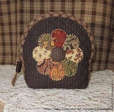 would make a good tea cozy Quilted Gifts, Quilted Bag, Fabric Crafts, Sewing Crafts, Sewing Projects, Wool Applique, Applique Quilts, Japanese Quilts, Quilting