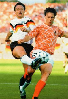 West Germany 1 Holland 2 in 1988 in Hamburg. Jurgen Kohler challenges Marco Van Basten in the Semi Final at Euro Marco Van Basten, Kids Soccer, Football Kits, Semi Final, 2 In, Finals, Holland, Milan, Hamburg
