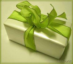 Embrulhos de presentes, como embrulhar caixas e garrafas  Veja mais em http://www.comofazer.org/lazer/embrulhos-de-presentes-como-embrulhar-caixas-e-garrafas/
