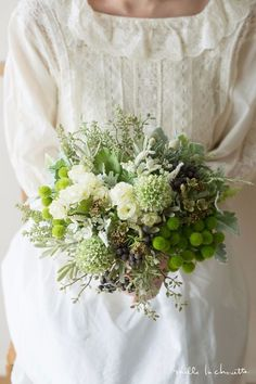 Green and white. March Wedding Flowers, Wedding Cakes With Flowers, Bridal Flowers, Floral Wedding, Flower Bouqet, Floral Bouquets, Wedding Bouquets, Hand Bouquet, Flower Decorations