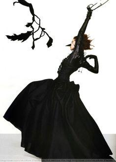Vogue Italia October 2007 In Silhouette Ph. Richard Burbridge, Monochrome Fashion, Dark Fashion, Halloween Photos, Vintage Halloween, Happy Halloween, Feather Dress, Tim Walker, Vogue Fashion