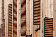 Vor den Fenstern angebrachte Klappläden aus Holz dienen dem Sonnenschutz