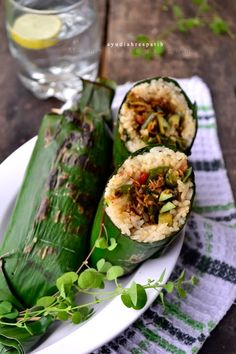 Indonesian Food - Nasi Liwet Bakar Isi Teri & Pete - Grilled Rice stuffed with Spicy Anchovies. Nasi Liwet, Nasi Bakar, Nasi Lemak, Ratatouille, Caesars Salad, Veggie Recipes, Cooking Recipes, Indonesian Cuisine, Indonesian Recipes