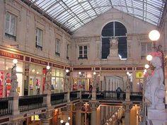 """Fort pittoresque, """"Le passage de la Châtelaine"""". Accès par le haut de la rue Crébillon ou le bas de la rue Scribe. On y trouve de très belles boutiques, notamment de vêtements ou de chaussures."""
