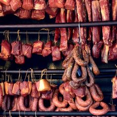 How to Cure Meat - How to Hang Cured Meat to Dry - Homemade Sausage Recipes, Smoked Meat Recipes, Barbecue Recipes, Bacon Recipes, Dried Sausage Recipe, Oven Recipes, Carne Defumada, Curing Bacon, Smoking Recipes