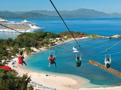 Uma das atrações é a Dragon's Breath Flight Line, a mais longa tirolesa sobre água no mundo. Ela fica a 152 metros acima da península e atravessa por 792 metros Foto: Royal Caribbean International / Divulgação
