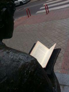 """TrotaLibros en la escultura """"El lector"""" de Paz Figares. Móstoles. 23/04/2014 www.bibliotecaspublicas.es/mostoles"""