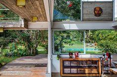 Casa na serra ostenta telhado curvo, amparado por treliças metálicas - Casa