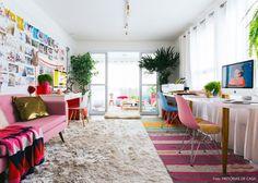 O escritório da fotógrafa Erika Verginelli tem muitas plantas e móveis e objetos em tons de rosa.
