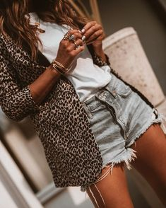 blazer and tshirt outfit Blazer Jeans, Blazer Outfits, Casual Outfits, Summer Outfits, Casual Blazer, Blazer Fashion, Blazer Dress, Denim Shorts Outfit Summer, Denim Skirt