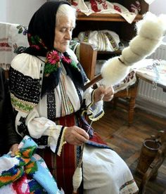 Spindle and distaff -Romanian Culture and Traditions We Are The World, People Of The World, Cool Pictures, Beautiful Pictures, Romanian Girls, Transylvania Romania, Visit Romania, Art Textile, Medieval Town
