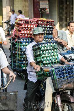 Alles in Ho Chi Minh City wordt met brommers vervoerd.... Hele bergen eieren zoals hier!   simoneskitchen.nl