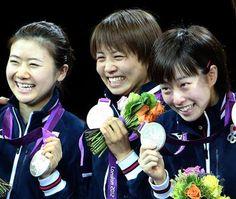 卓球女子団体表彰式銀メダルを持った日本左から福原愛、平野早矢香、石川佳純=エクセル(鈴木健児撮影)