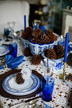 thanksgiving-table-decor-celebrating-blue-and-white-delft