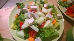 Salatherzen, rote Paprika, Möhre, Honigmelone und Naturtofu.