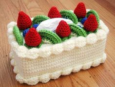 Quirky crochet designer Twinkie Chan created a sweet new tutorial for this amazing chiffon cake with fruit topping tissue box cozy. Crochet Cake, Crochet Fruit, Crochet Food, Crochet Kitchen, Crochet Strawberry, Crochet Gratis, Crochet Amigurumi, Amigurumi Patterns, Crochet Patterns